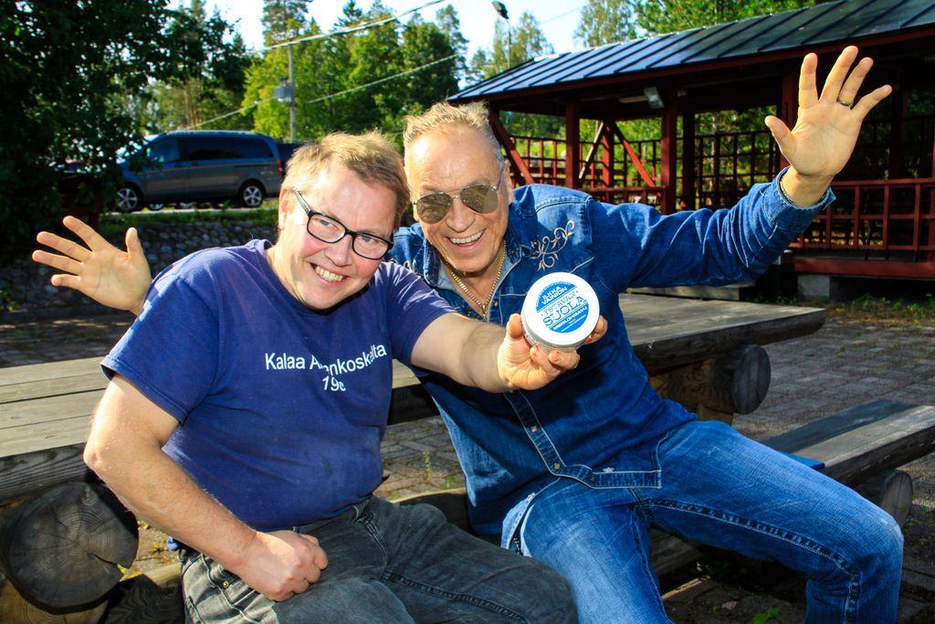 Loviisalainen kalastaja Ben Henriksson (vas.) kehitti ystävänsä, sanoittaja–musiikkituottaja–laulaja Ilkka